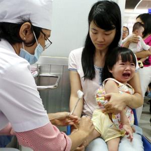 Các bà mẹ phải làm gì để có thể phát hiện sớm những phản ứng sau tiêm chủng?
