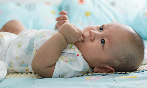 Giải mã thói quen ngậm mút tay ở trẻ