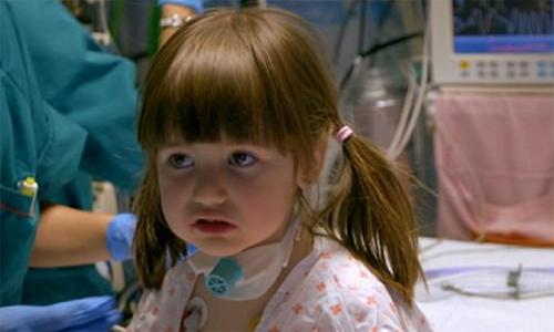Cô bé mắc bệnh lạ có thể chết ngay khi đang ngủ
