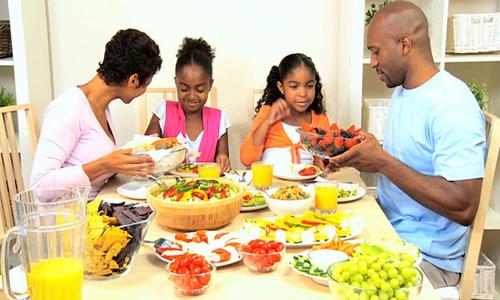 Bữa ăn gia đình giúp trẻ xử sự tốt hơn