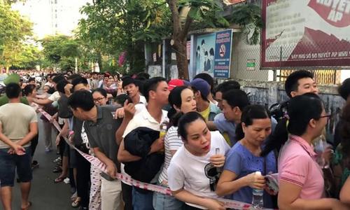 [Huế] Xếp hàng rồng rắn đăng ký tiêm vắc xin dịch vụ